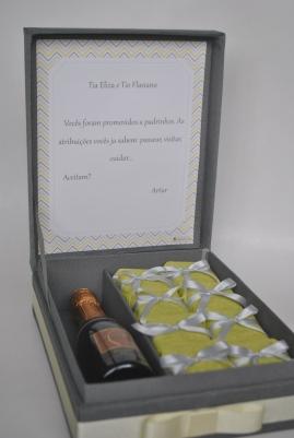 Convite de padrinhos em caixa com 16 brownies e baby Chandon