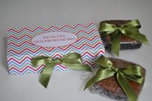caixa com 2 brownies de gotas de chocolate