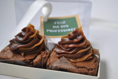 caixa com 2 brownies com cobertura de brigadeiro gourmet