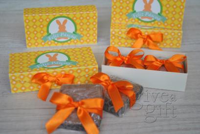 Caixa decorada com brownie. Personalizado com seu logo ou nome (consulte as condições)